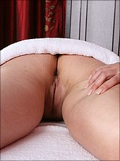 A nice view at Tammy Tyler's pussy under the towel