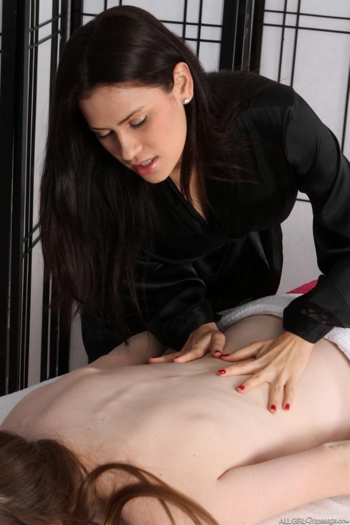 smukke laura girl on girl massage